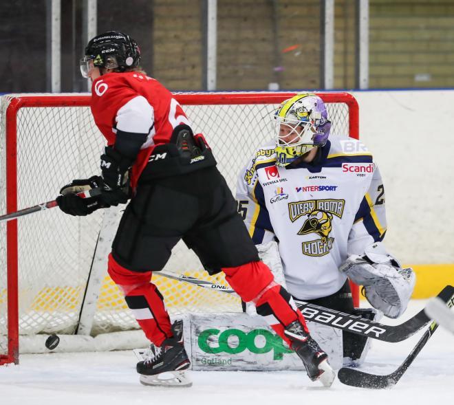Rasmus Davidssonrundar Visbys keeper och reducerar till 2-3