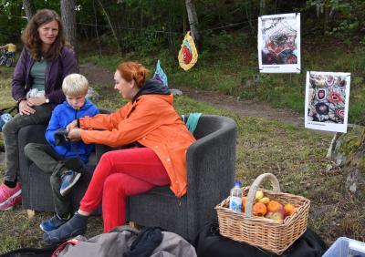 Konstnären Iryna Hauska pysslade med återvunna strumpbyxor tillsammans med Oliver och Carina