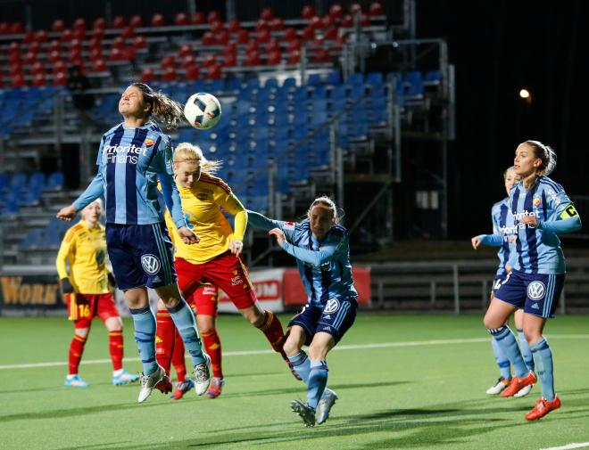 Tyresös mittback Linn Österholm knuffas bryskt i ryggen.