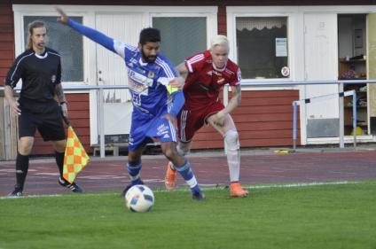 Jonte Avernäs gör en dubbel Salchow förbi Dalhems lagkapten Daniel Killgren.