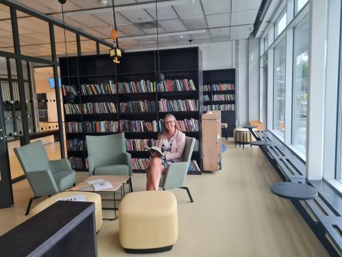 Barn- och utbildningsnämndens ordförande Jannice Rockstroh (S) fotograferad i nya Fornuddens skola där möbler och interiör är valda i hållbara och giftfria material.