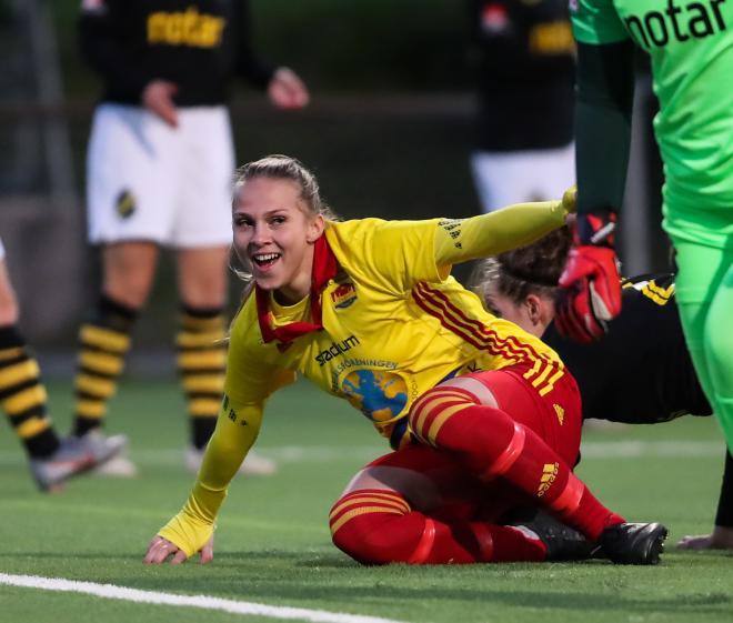 Ren och skär glädje. Frida Thörnqvist ser bollen rulla in i mål.