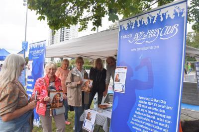 Elke Löfgren, Marianne Attebrant Funkqvist, Gunilla Elmflo och John Arnberg från Tyresö Jazz & Blues Club samtalar med Elsie Inghe