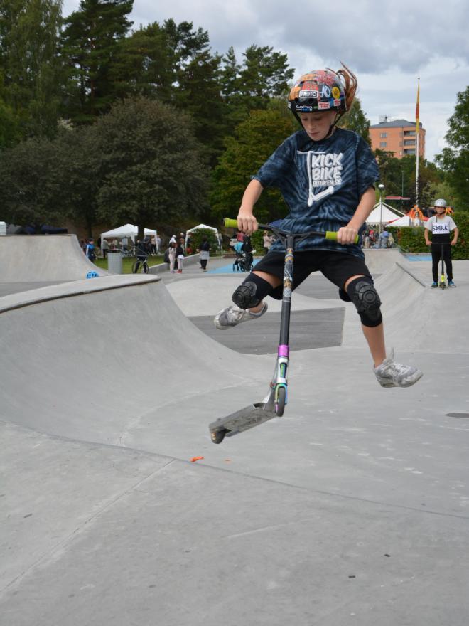 <span>Vanessa 10 år var i skateparken för att tävla, och förhoppningsvis vinna, här visar hon ett coolt hopp.</span>