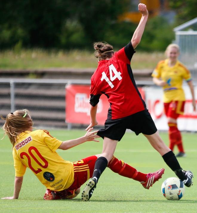 Kim Hedlund af Schmidt AKA Lill-Tigern vinner boll på mittfältet igen.