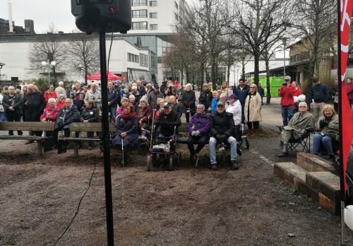 Publiken med den före detta statsministern Ingvar Carlsson till höger i bild