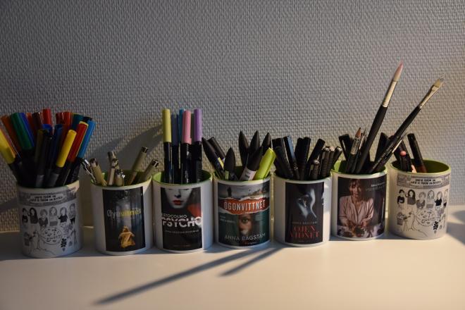 Om man är författare så kan man också göra egna muggar med olika motiv från sina böcker.