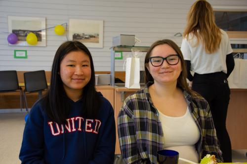 Poy (tv) och Molly (th) elever på Nyboda som varit på besök i Lyon.