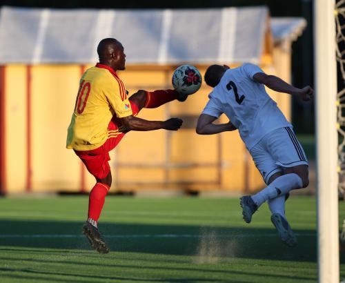 Jonglera - lätta bollen över backen - lägg in i mål. Mussa Dibba sätter 3-1 på sitt lekfulla sätt.