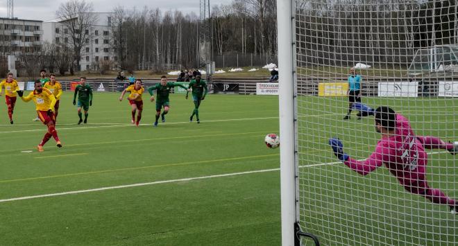 Behärskat sätter Josef Rakez 1-1 för TFF.