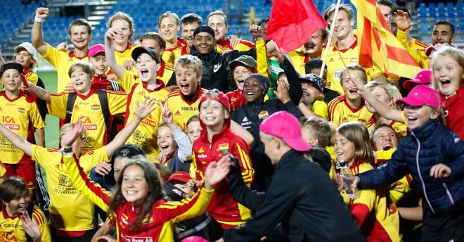Tyresöpubliken stormade planen för att gratulera spelarna