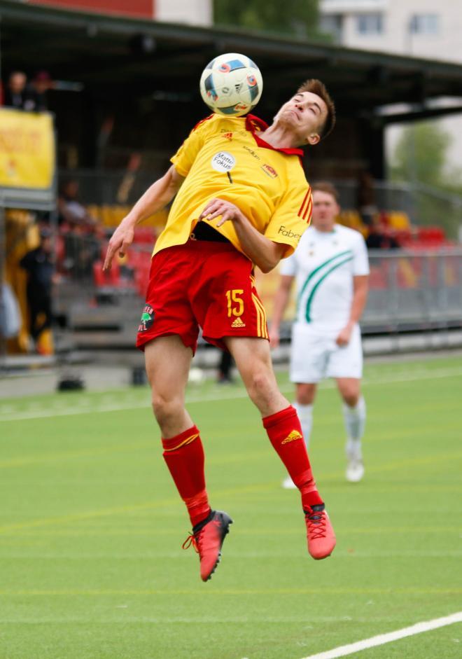 Lukas Pettersson plockar ner en boll