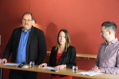 Mats Lindblom (L), Anita Mattsson (S) och Mikael Ordenius (MP) under presskonferensen.