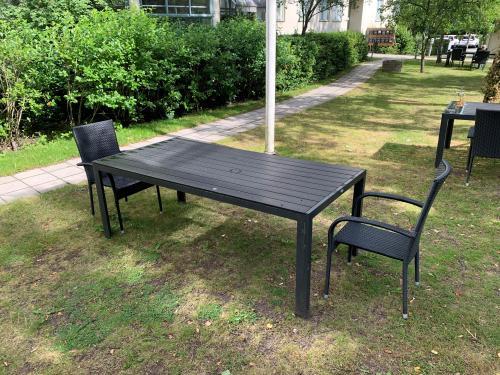 Möblerna på Björkbackens innergård är möblerade så att avståndet mellan anhöriga är säkert