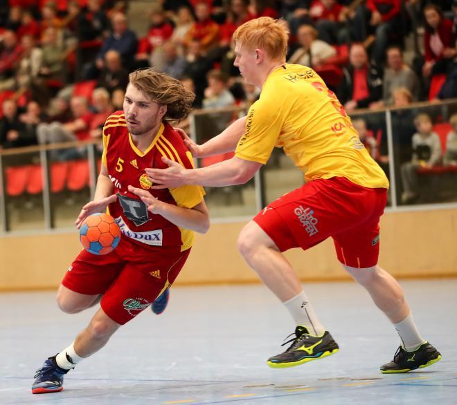 Fredrik Hellgrens rundar ytterligare en Vinslövsförsvarare.
