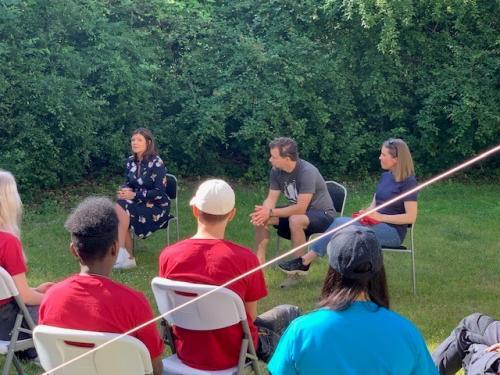 Eva Nordmark samtalar med ungdomar om vikten av sommarjobb för att få sin första jobberfarenhet