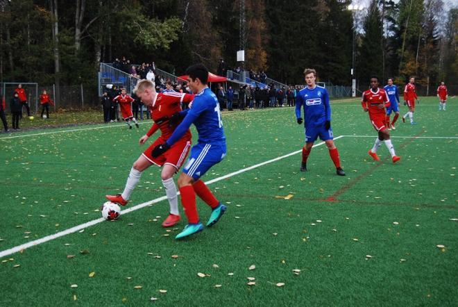 Jonathan Avernäs i kamp om bollen