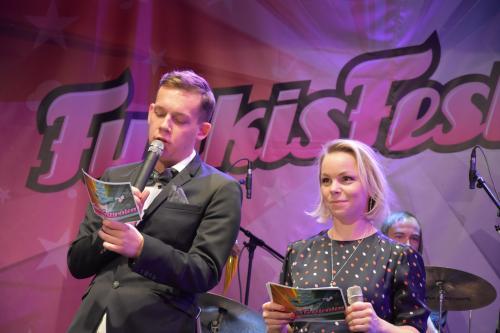 Kvällens konferencierer Elias Moberg och Nina Hjelmkvist