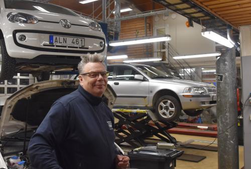 Fordonsläraren Peter berättar om fordonshallen där eleverna på fordonsprogrammet håller<br />till .