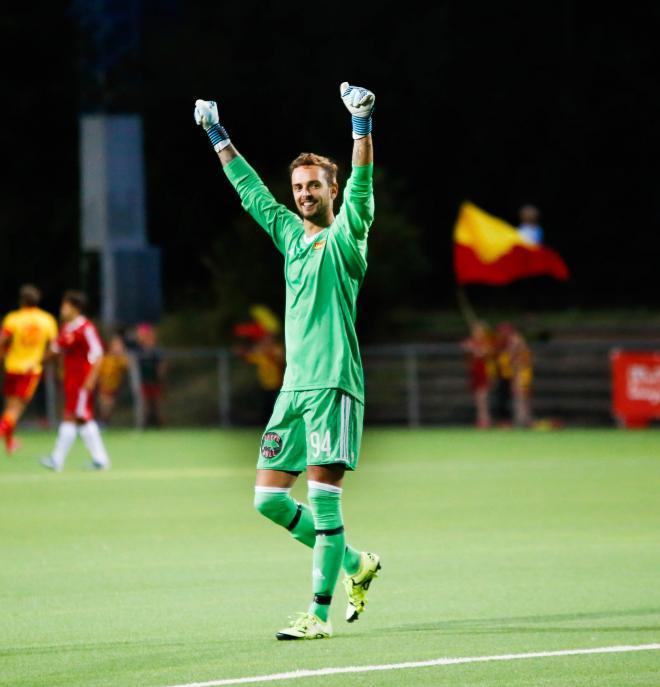 En lycklig Fredrik Eriksson, målvakt i Tyresö FF.