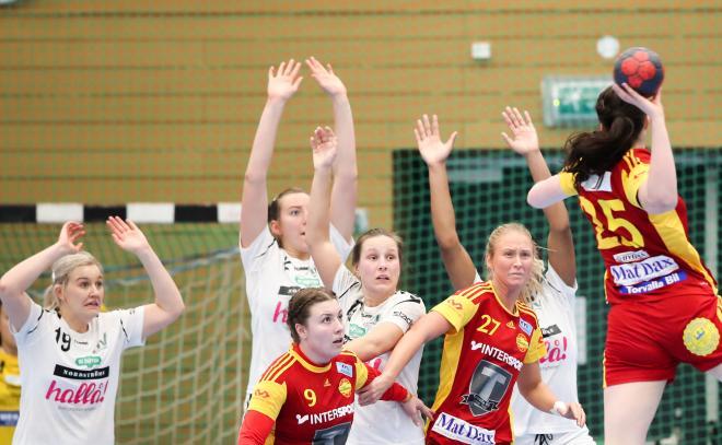 Julia Lönnborg laddar medan Johanna Hellgren och Anna Johansson håller bort försvaret