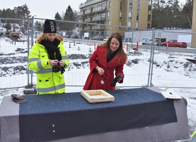 Kommunstyrelsens ordförande Anita Mattsson (S) placerade ut de myntablad i plattan som ska placeras i områdets lekpark.
