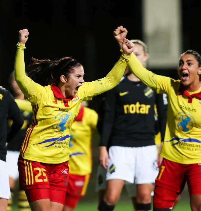 Sofie Thörnqvist och Maria Poli jublar vid 2-1
