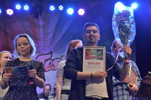 Vinnaren Moises Rumie med blommor och diplom