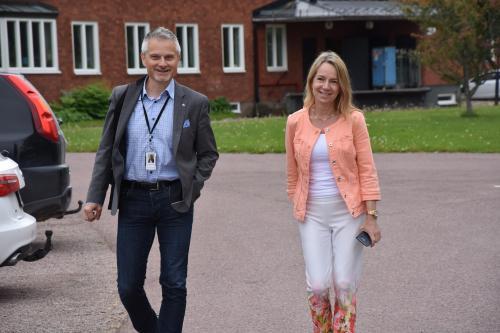 Kommundirektören Stefan Hollmark och kommunstyrelsens ordförande Anita Mattsson (S) anländer till Rättvik