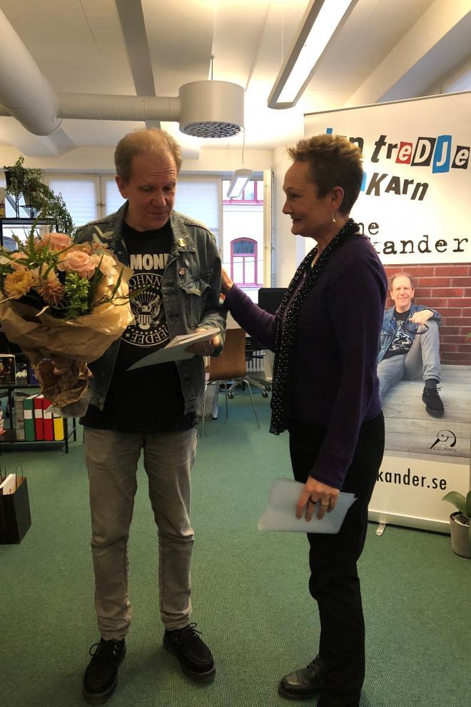 Katarina Vastamäki delade gladeligen ut priset till sina nya skyddsling.