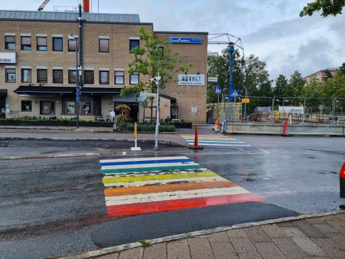 Det målade övergångsstället är en tydlig symbol för alla människors värde och lika rätt säger kommunstyrelsens ordförande Anita Mattsson (S)