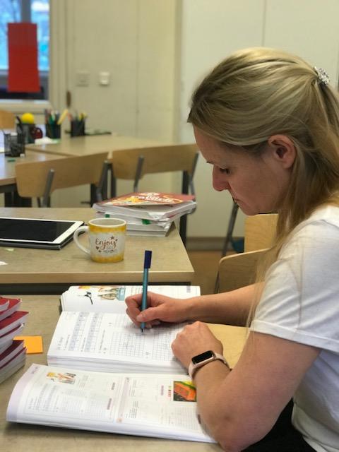 <span>En stor del av en lärares vardag handlar om att rätta det eleverna gjort för att se att eleverna följer med i undervisningen</span>