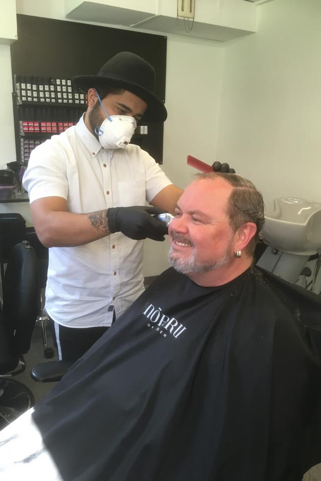 Han hade bra klipp i högerdojan och ännu vassare med saxen. Oavsett så gör Dana det med ett leende.
