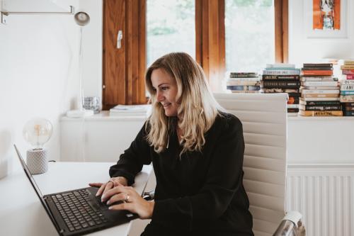 Till skillnad från Jan Guillou använder Anna dator istället för skrivmaskin.