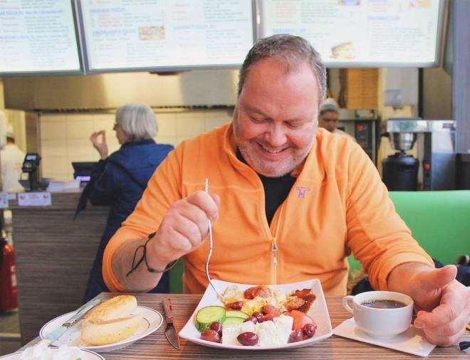 Reporter Wennergren bjöds på frukost som dock inte finns på menyn men smakade otroligt gott. Turkisk korv, ägg, oliver och fetaost.