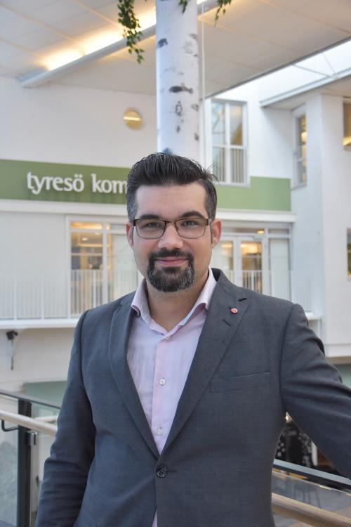 Christoffer Hokmström (S), ordförande i gymnasie- och vuxenutbildningsnämnden tror att den av förklaringarna till den stora efterfrågan är den höga nivån på vuxenutbildningen i Tyresö