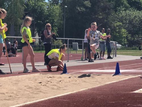 Simon hoppar längdhopp under utmaningen