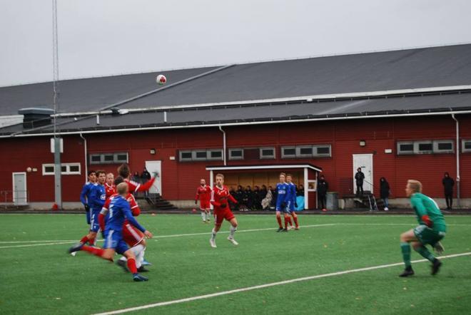 Mattias Östberg når med sin unika spänst nästan alltid högst i luftduellerna. Här gör han 1-0 för HSK.