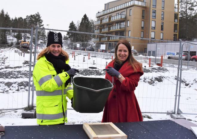 Besqabs VD Anette Frumerie tog tillsammans med kommunstyrelsens ordförande Anita Mattsson projektets första \