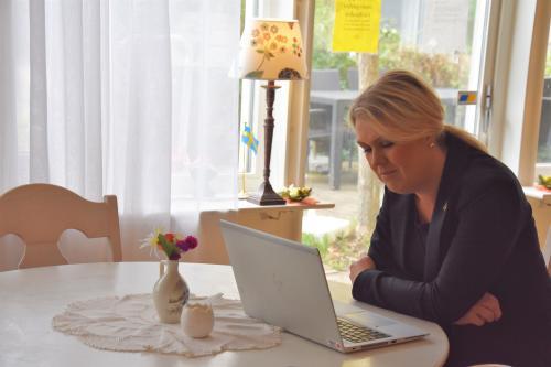 Socialminister Lena Hallengren (S) samtalar med Gun Karlsson på Skype