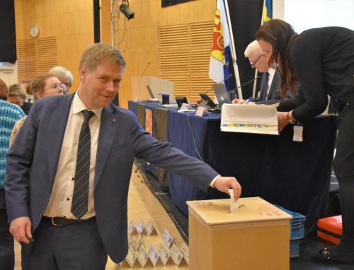 Socialdemokraternas gruppledare Martin Nilsson lägger sin röst i valet av kommunfullmäktiges ordförande.
