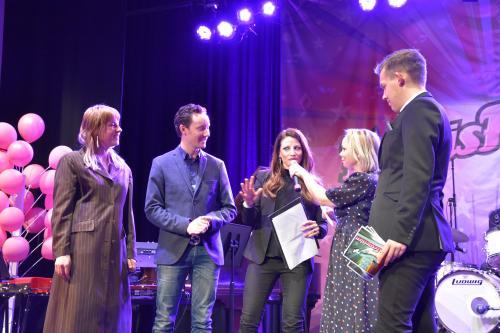 Årets jury: Hanna Westerling, Jonathan Näslund och Anna Landström blir utfrågade av konferenciererna Nina Hjelmkvist och Elias Moberg