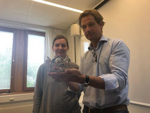 Kyrkoherde Helena Forsberg överlämnar brudkronan till Zornmuséets direktör Johan Cederlund.