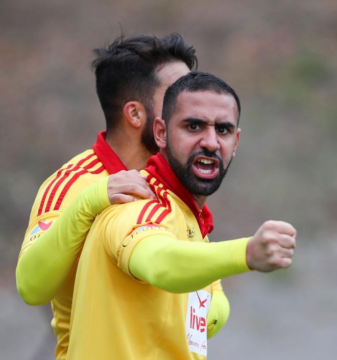 Leo Ramos klappar om en adrenalinstinn Rakez efter 2-0 målet.