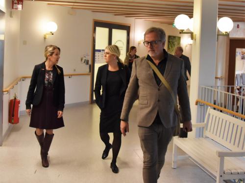 Lena Hallengren (S) togs emot av Anita Mattsson (S) och Jon Henrikson, förvaltningschef för äldreomsorgen.