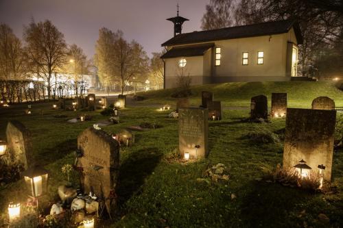 Kyrkogården i Lindalen i Allhelgonatid