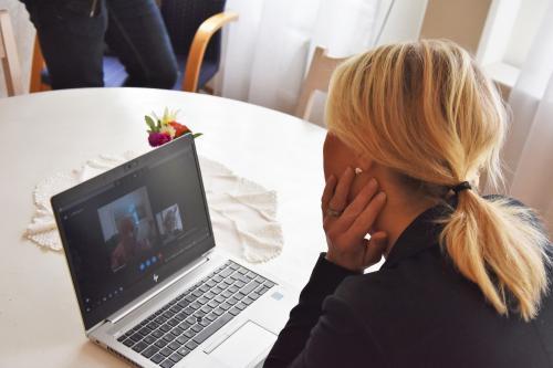 Socialminister Lena Hallengren (S) samtalar med Gun Karlsson på Skype.