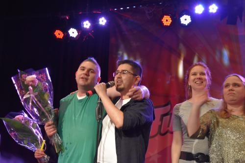 Vinnaren Moises Rumie gratulerades av Thomas Claesson