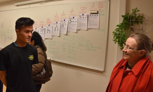 Datorteknikeleven Jacob förklarar för Agneta Hansson (L), vice<br />ordförande i gymnasie- och vuxenutbildningsnämnden, vad CISCO-certifiering innebär.