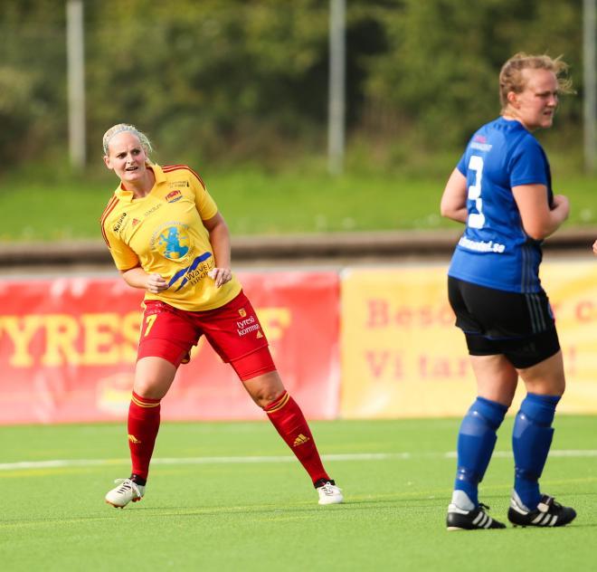 Tess Boström kollar om det finns plats för en tvåmålsskytt lite närmare målet.
